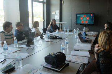 Sala de reuniones mediana durante una actividad